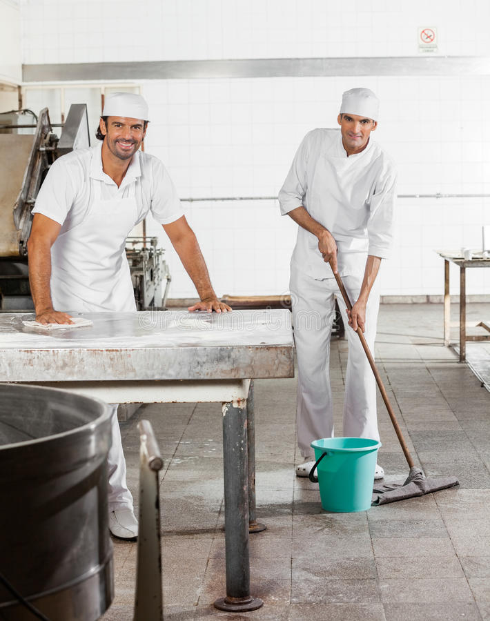 Padeiro masculino seguro na padaria uniforme da limpeza foto de stock royalty free
