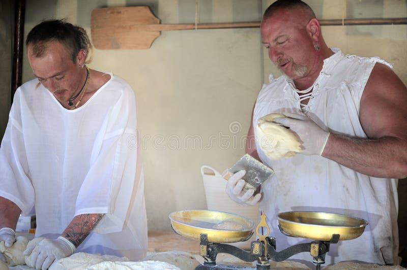 Padeiros que preparam a massa de pão imagem de stock royalty free