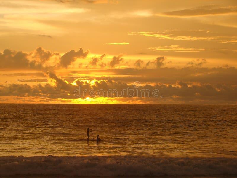 Padel im Sonnenuntergang lizenzfreie stockfotos