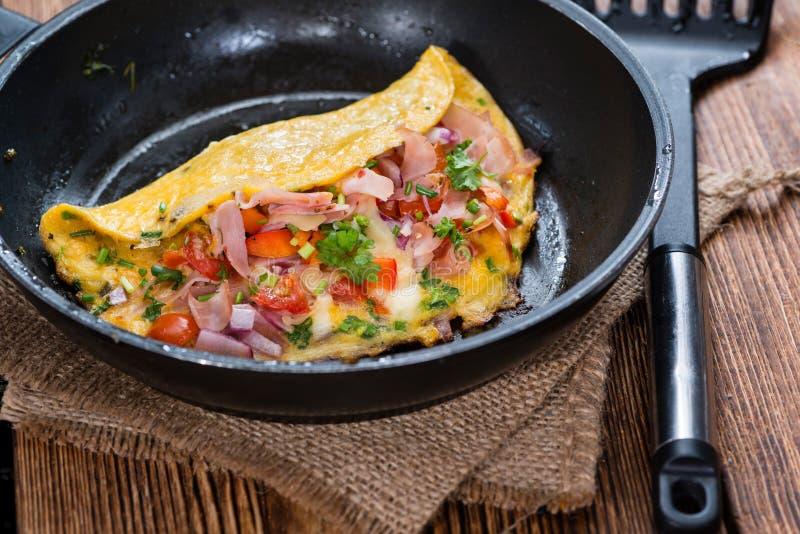 Padella con l'omelette del formaggio e del prosciutto fotografie stock