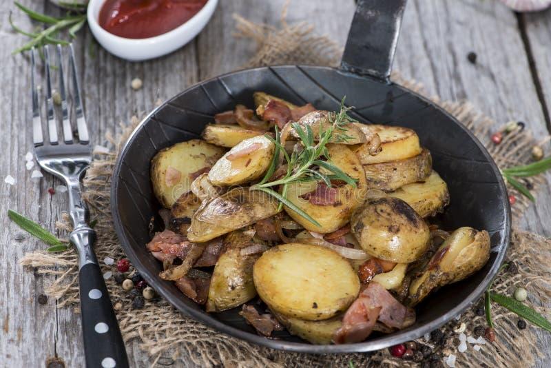 Padella con le patate arrostite fresche immagini stock libere da diritti