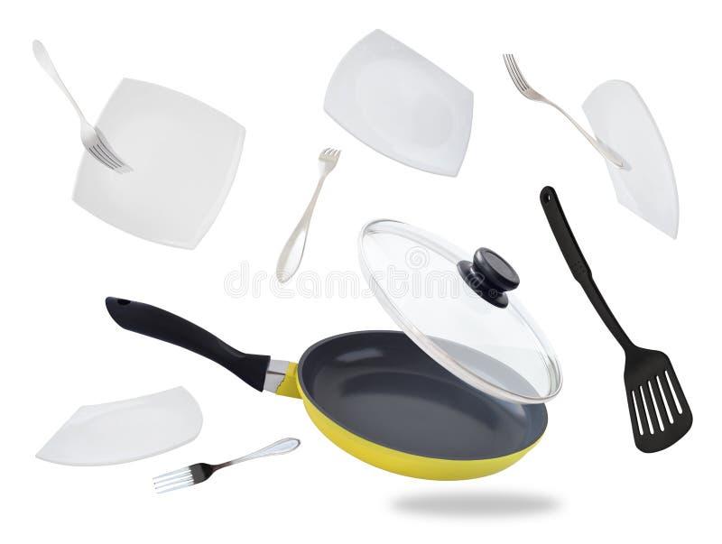 Padella, piatti e forcelle di volo fotografia stock libera da diritti