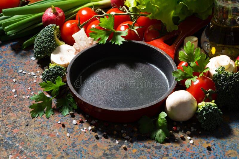 padella vuota del ghisa e verdure organiche fresche, primo piano fotografia stock libera da diritti