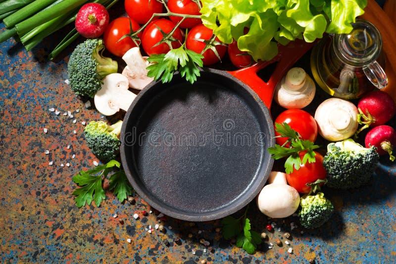padella vuota del ghisa e verdure organiche fresche, vista superiore fotografia stock libera da diritti