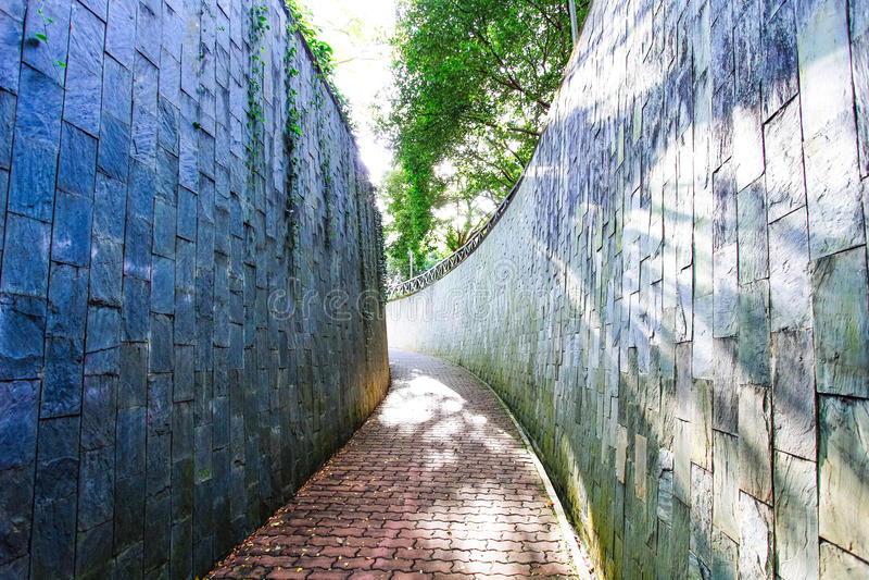 Padestrian tunnel i trädgård royaltyfria bilder