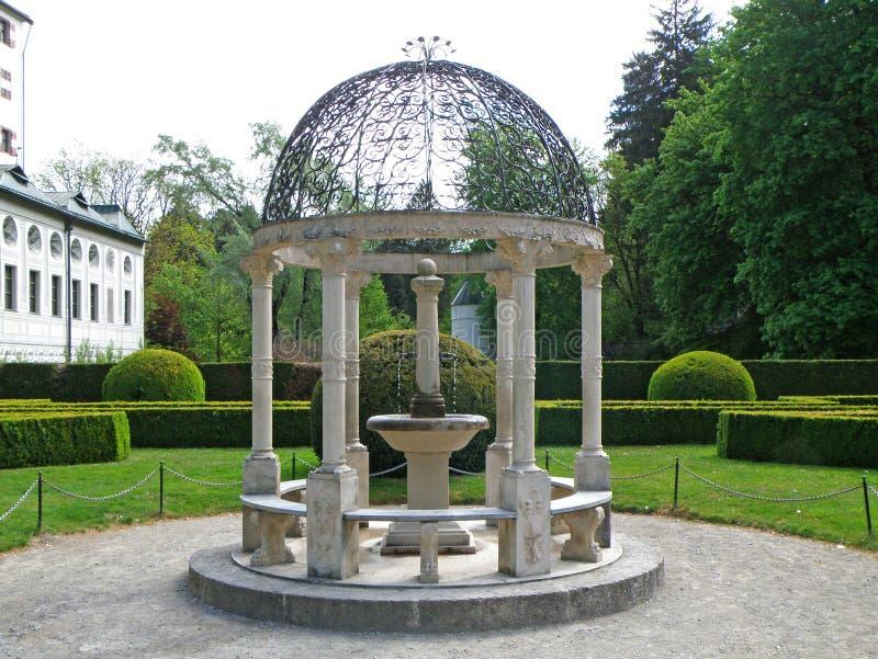 Padiglione bianco splendido con la mini fontana del giardino inglese fotografie stock