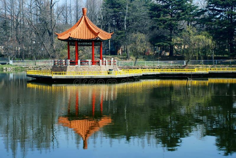 Padiglione cinese in lago immagini stock