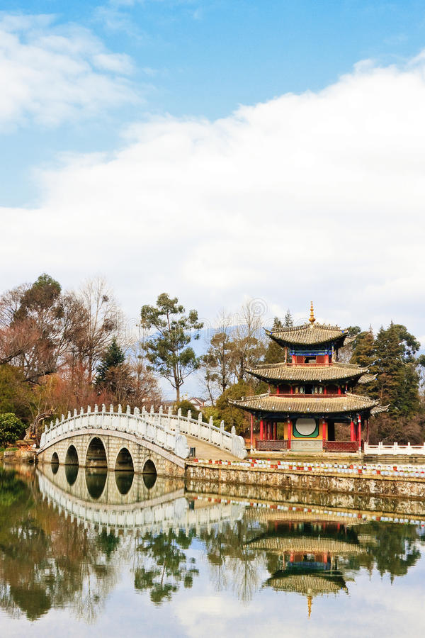 Padiglione cinese su un lago fotografia stock libera da diritti