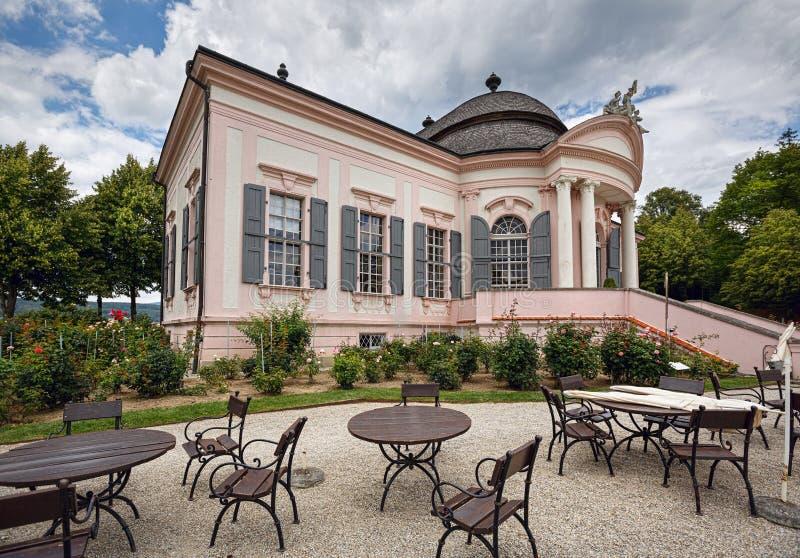 Padiglione del giardino dello XVIII secolo con i caffè all'aperto davanti  Abbazia di Melk, Austria fotografie stock libere da diritti