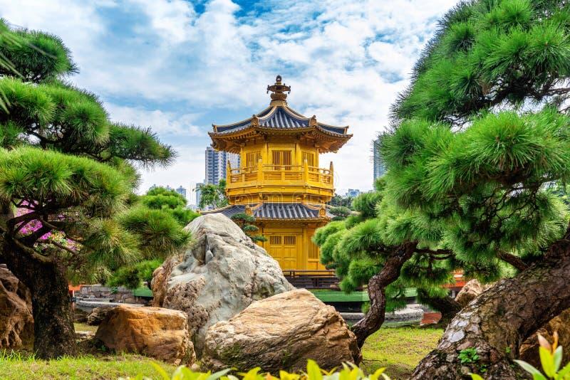Padiglione dorato in Nan Lian Garden vicino al tempio di Lin Nunnery di 'chi', Hong Kong fotografie stock libere da diritti