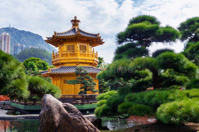Padiglione dorato in Nan Lian Garden vicino al tempio di Lin Nunnery di 'chi', Hong Kong immagine stock