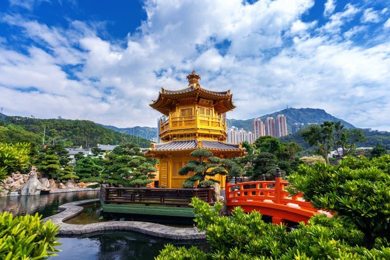 Padiglione dorato in Nan Lian Garden vicino al tempio di Lin Nunnery di 'chi', Hong Kong immagine stock libera da diritti
