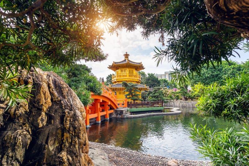 Padiglione dorato in Nan Lian Garden vicino al tempio di Lin Nunnery di 'chi', Hong Kong fotografia stock libera da diritti
