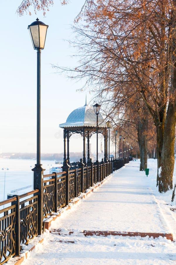 Padiglione sull'argine di inverno del fiume Volga immagini stock libere da diritti