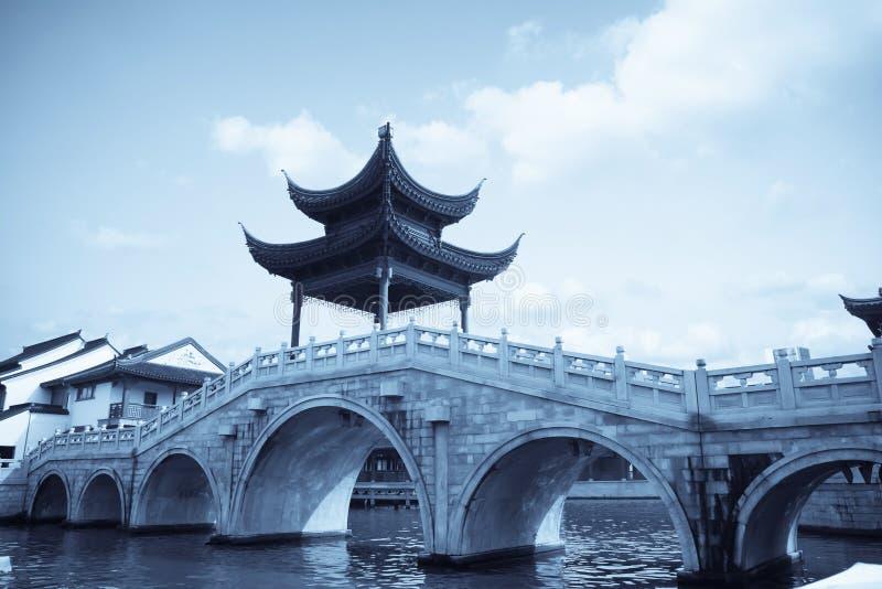 Padiglione tradizionale cinese sul ponticello immagine stock