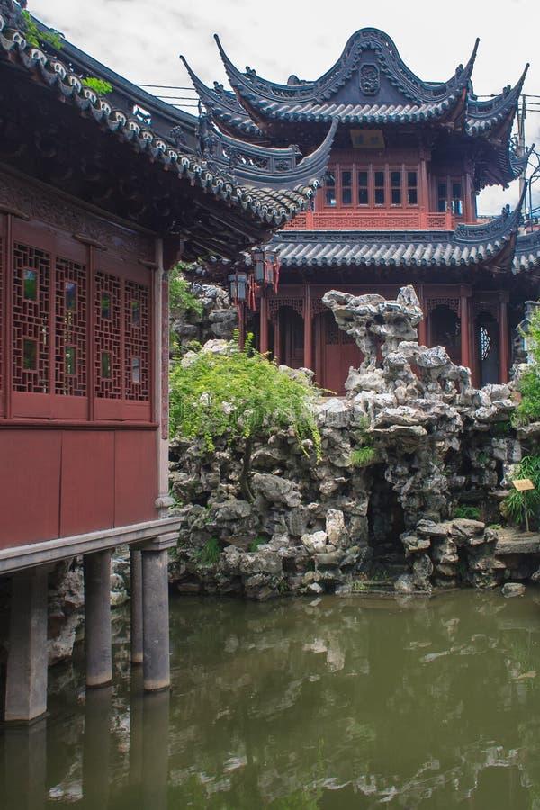 Padiglioni tradizionali nel giardino del giardino di Yuyuan di felicità Shanghai, Cina immagine stock libera da diritti