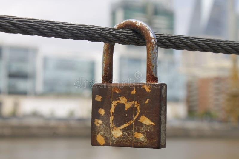 Download Padlock влюбленности стоковое изображение. изображение насчитывающей сердце - 40585979