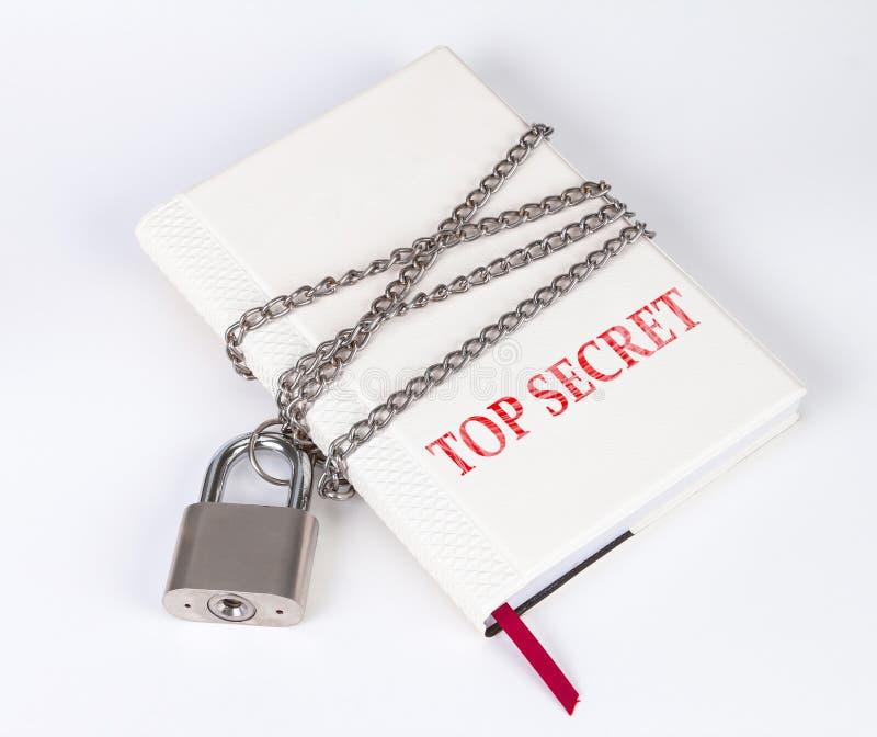 Padlock защищает книгу в концепции дальше защищает верхнее secr стоковая фотография rf