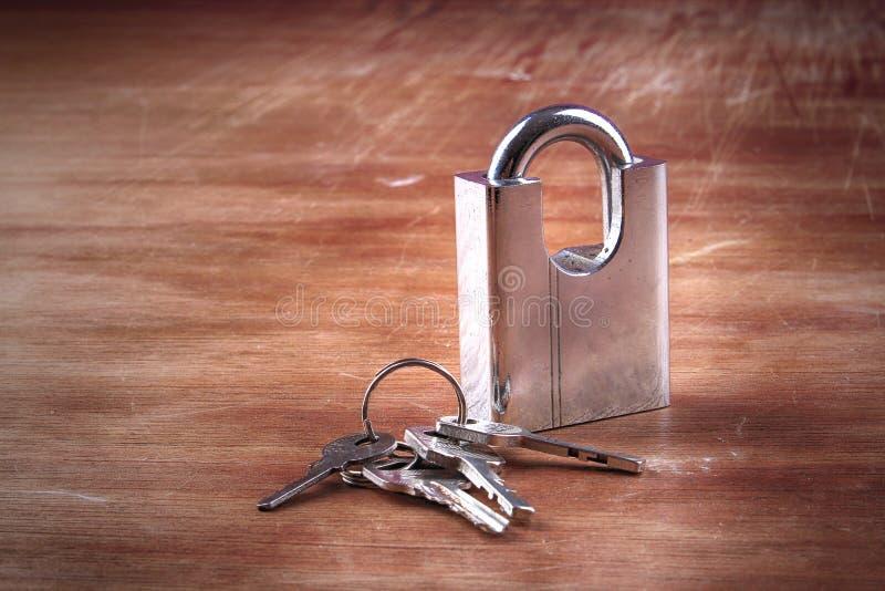 Padlock, ключи, деревянные, backgroud стоковая фотография rf