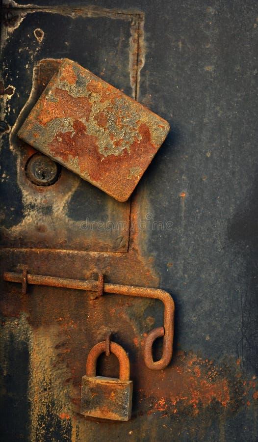 Padlock на старой двери металла стоковое фото