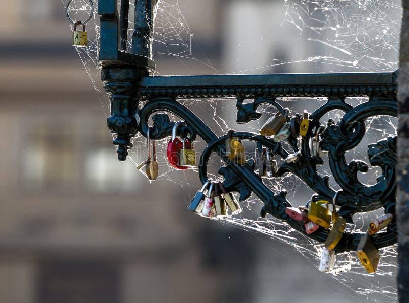 Padlock bloqueado en cadena del hierro, muchos aman las cerraduras en Praga, concepto romántico fotos de archivo libres de regalías