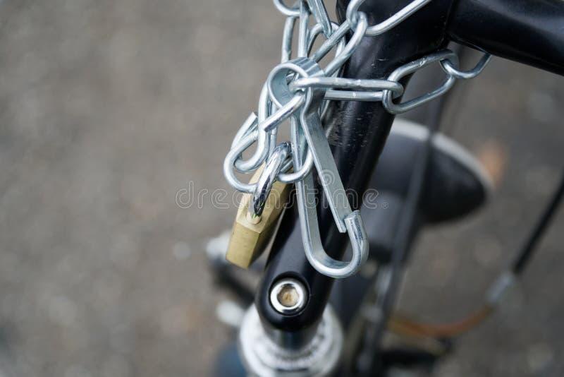 Padlock la serrure en gros plan de serrure de bicyclette avec la chaîne de sécurité jointe images libres de droits