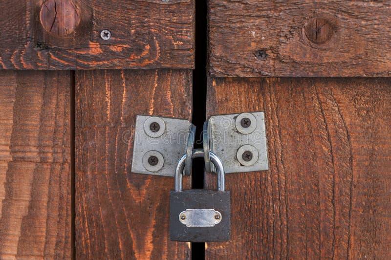 Padlocked στην καφετιά ξύλινη πόρτα στοκ εικόνες με δικαίωμα ελεύθερης χρήσης