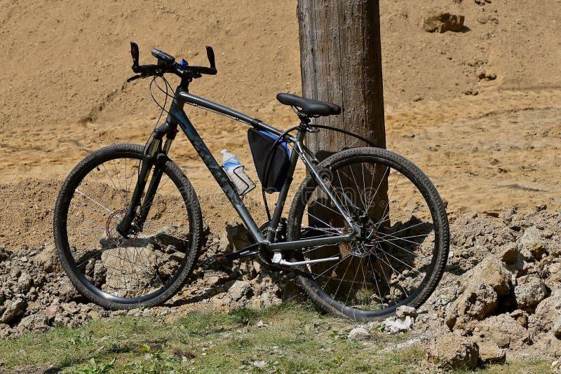 Padlocked rower poczta obok budowy drogi fotografia royalty free
