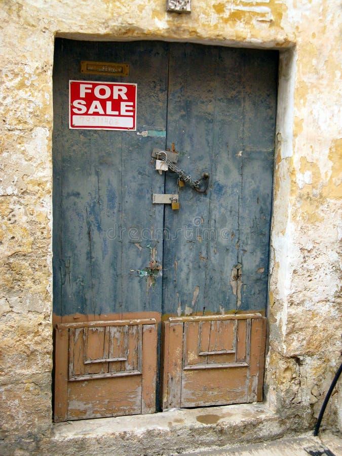 Padlockedblauw en Tan Door aan een Huis voor Verkoop stock afbeelding