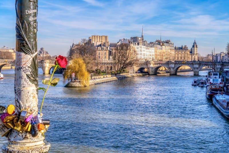 Padlocks любов на Pont des Arts на Valentin& x27; день s - Париж стоковые фотографии rf