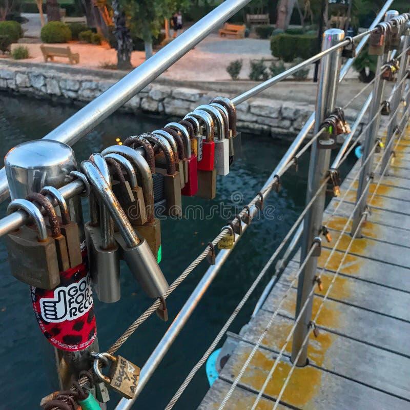 Padlocks на перилах моста стоковая фотография