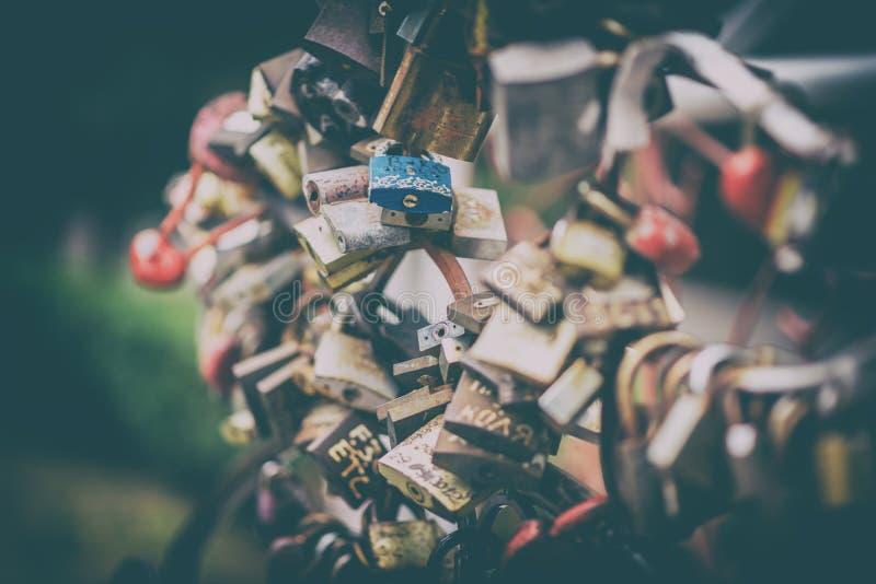 Padlocks che simbolizzano l'amore e l'unità dei cuori, punti di riferimento fotografia stock