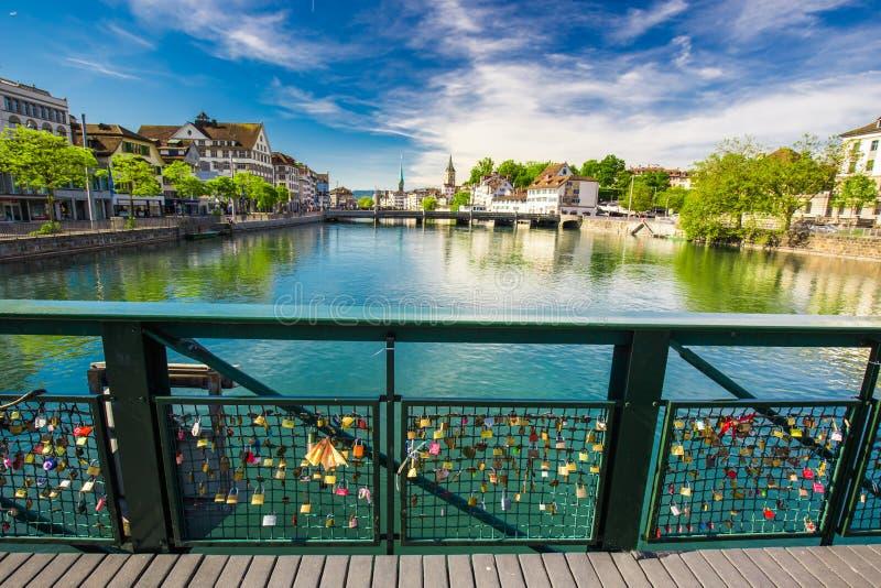 Padlocksin im historischen Zürich-Stadtzentrum stockfoto