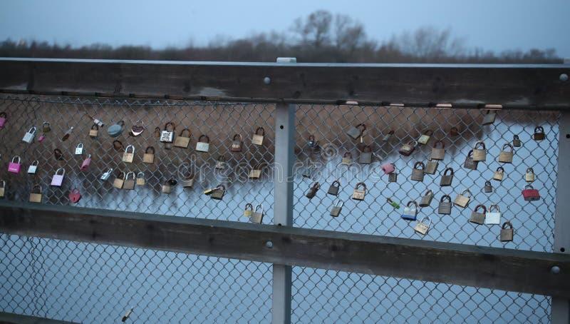 Padlooks op de brug naar de stad stock afbeelding