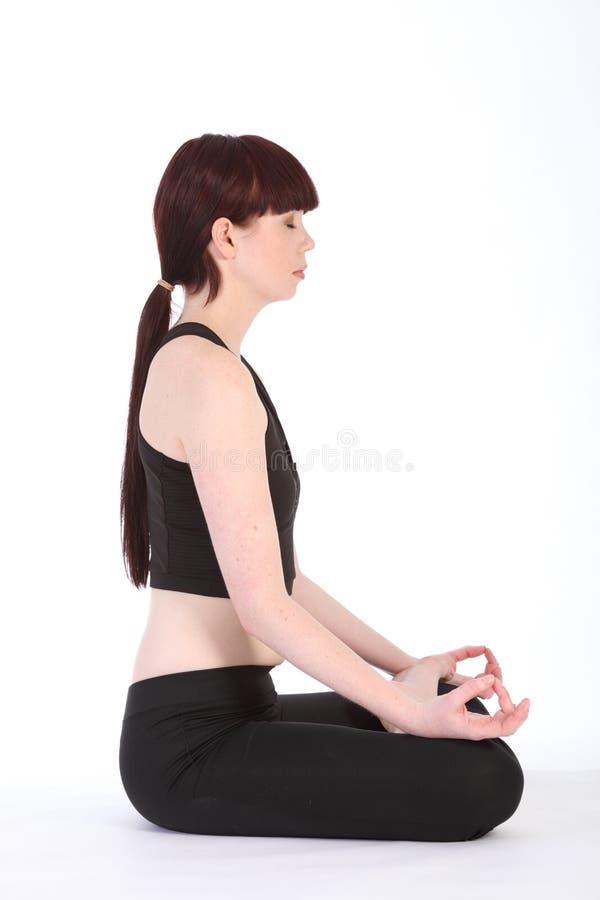padmasanaen för lotusblomma för konditionflicka poserar den sunda yoga arkivbilder