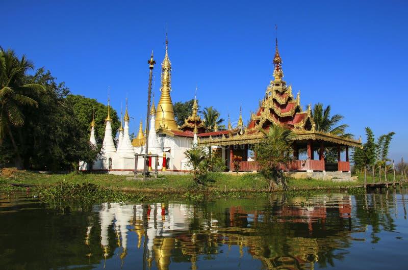 Padoga av den buddistiska kloster på Inle sjön, Shantillstånd, Myanmar B royaltyfri foto