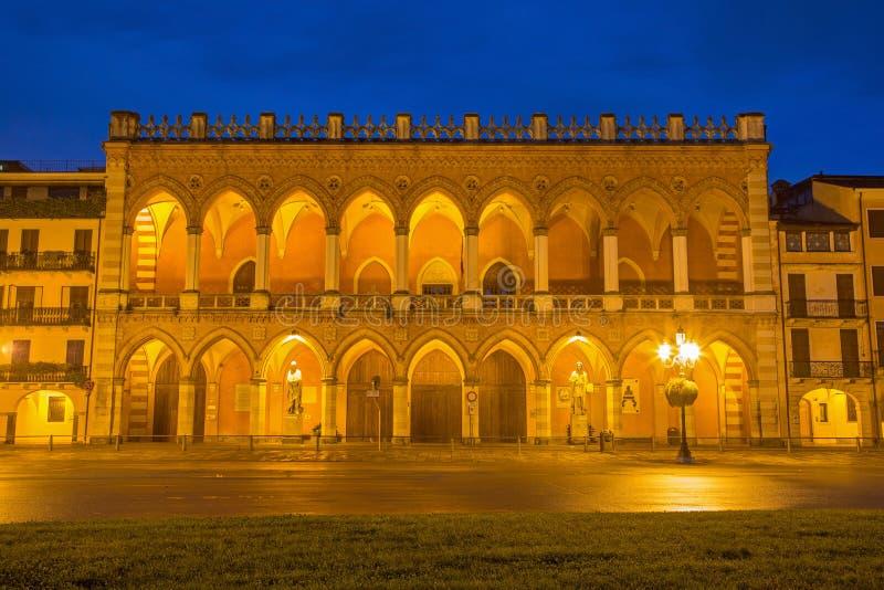 PADOUE, ITALIE - 10 SEPTEMBRE 2014 : Le palais vénitien près du della Vale de Prato dans la soirée photo stock