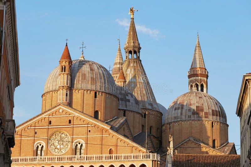 Padova, Италия - 24-ое августа 2017: строение Pontifical базилики Святого Антония Падуи стоковые фотографии rf