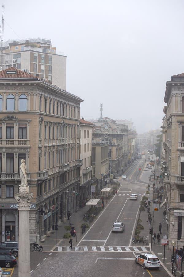Padova, Италия - 9-ое ноября 2018: Панорамный вид улицы Padova, Италии Густой туман в городе Padova стоковое фото rf