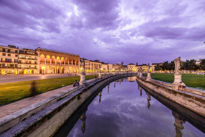 Padova berömd forntida Prato dellaValle fyrkant på skymning arkivbild