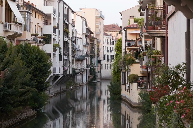 Padova, Italia - 24 agosto 2017: - costruzioni che affrontano il fiume nella città di Padova immagine stock libera da diritti