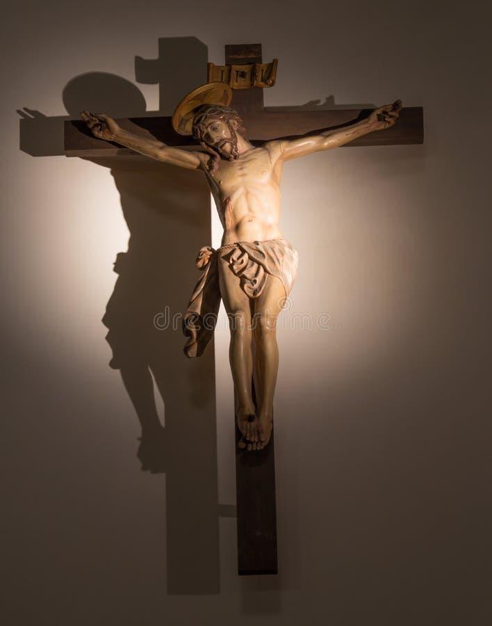 PADOVA, ITALIA - 10 SETTEMBRE 2014: La crocifissione dal presbiterio in chiesa di San Nicola fotografie stock