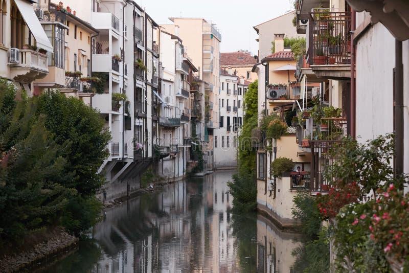 Padova Italien - Augusti 24, 2017: - Byggnader som vänder mot floden i det Padova centret royaltyfri bild
