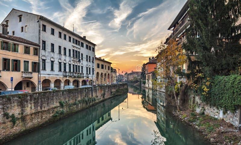 Padova Italien färgrik solnedgång cityscape från den lilla kanalen royaltyfri fotografi