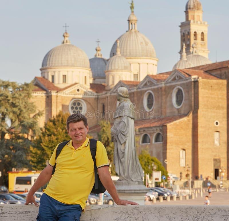Padova Italien Manlig turist på den Plazade Prato dellaen Valle i Padua royaltyfri fotografi