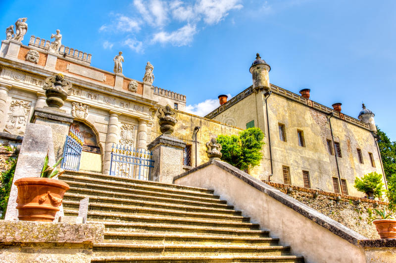 Padova, Włochy, Kwiecień 23 2017 - zewnętrznie schody Catajo zdjęcia stock