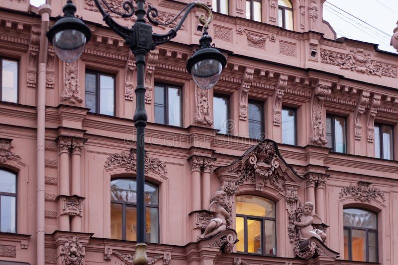 Padrão de coluna de relevo básico de arquitetura antiga e lanterna de safra fotografia de stock royalty free