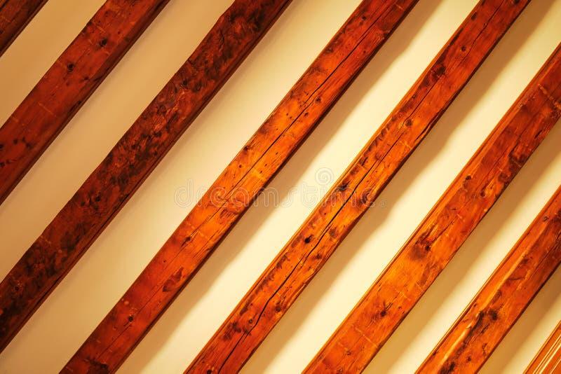Padrão de madeira diagonal em fundo bege com sombras de gradiente Teto de madeira como fundo abstrato da grade russa fotos de stock royalty free