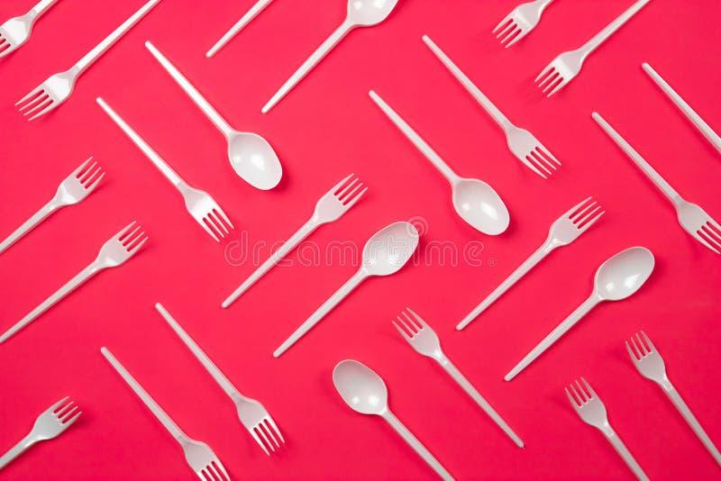 Padrão de talheres de plástico, garfos, colheres imagem de stock