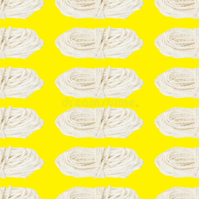 Padrão perfeito de uma camada de corda branca sobre fundo amarelo foto de stock